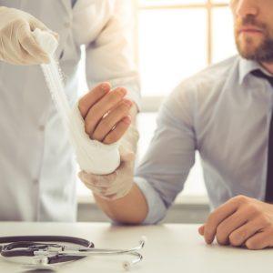 Odgovornost delodajalca pri poškodbi med delom od doma, na poti na delo ter na službeni poti
